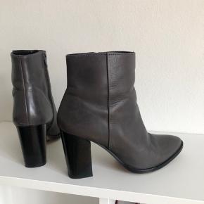 Grå støvler fra Dune London med 8 cm hæl  Str. 38 - lidt til den store side.  Nypris: 1100 kr. Sælges for 225 kr. (FAST PRIS)  Ingen bytte.  Kan afhentes på Nørrebro