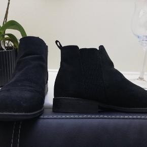 Fine støvler fra Primark. Brugt enkelte gange. (Købt af sælger herinde) Tager ikke billede af tøjet på 🌺