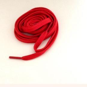 Røde snørebånd,aldrig brugt.  Ca.128 cm. og ca.6 mm. bred.  Fast pris.  Mødes og handle på Nørrebro, ved Runddelen. - Sender ikke.  Bytter ikke.