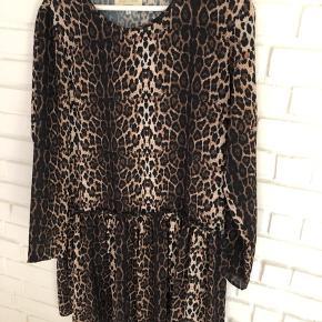 Rigtig fin leopard kjole fra Lollys Laundry.   Sælges da jeg ej får den brugt.