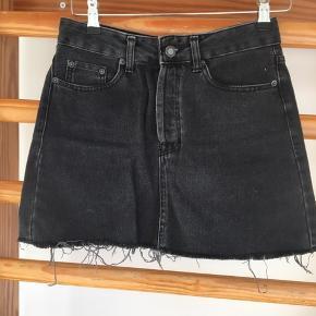 Sælger denne fine sorte nederdel fra Bershka, da jeg ikke får den brugt😊 Skriv endelig