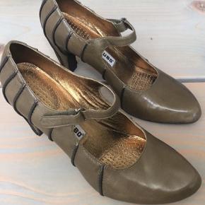 Lækker højhælet sko i ægte skind fra TSUBO.  God pasform og behagelig at have på.  Fejlkøb, aldrig brugt. Nypris 1600 kr.