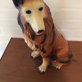 Stor gammel flot retro hund Collie i keramik lignende materiale .Højde 40 cm,vægt 3250 gram.fremstår i fin stand .afhentes i 6690 Gørding eller sendes mod betaling af porto