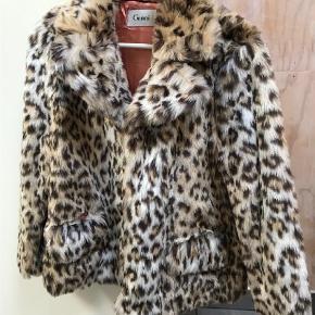 Varetype: Jakke Farve: Leopard Køber betaler fragt  Faux fur jakke fra Ganni. Passer en s/m Sendes med DAO
