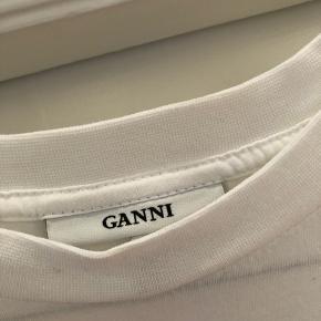 Skøn T-shirt fra ganni med rød skrift. Aldrig brugt
