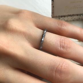 Splinterny Line & Jo ring, som er udgået.   Str. 50 - Købt i en for stor størrelse, hvilket er den eneste grund til, at jeg sælger den.   INGEN tegn på slid.  Sender kun med DAO. Køber betaler fragt. Bytter ikke.