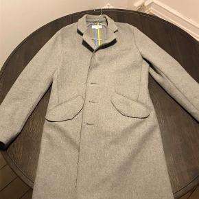 Varetype: jakke Farve: Grå  Jeg sælger denne Soulland Trenchcoat. Jakken er små 2 år gammel, men kun brugt et fåtal af gange. En lille detalje er at der kun er 2 knapper til de 3 huller i jakken. Det er en fabriksfejl, så det er ikke fordi der er en knap der er blevet revet af eller noget. Billeder af dette kan ses ovenfor. :-)