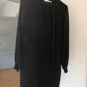 Kjolen er lavet af tykt stof med en smule stræk i. Ærmerne er en smule ballonærmer i tyndt og gennemsigtigt stof. Den er figursyet og har en lynlås i venstre side og kan snøres i halsen 🍀✨   Jeg er selv en 1.79 og bruger typisk M-L 🌸