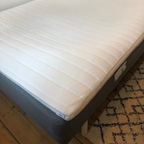 Sælger denne seng fra JYSK pga. flytning. Model: Madras 140x200 BASIC B15.  Jeg købte sengen i slut august 2018 og kvittering medfølger.  Madras med bonell-fjedre 115/m². Inkl. 3 cm tyk topmadras med vaskbart strækbetræk og purskumskerne. Ekskl. ben. 140x200 cm.  1½ seng, JYSK, B: 140 L: 200 H: 25  Link til seng: https://jysk.dk/sovevaerelse/madrasser/boxmadrasser/basic/madras-140x200-basic-b15  Kan afhentes på Nørrebro.