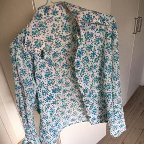 Størrelse 40 i skjorten men svarer til en small-medium.