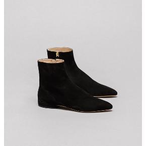 Sælger disse smukke støvler i sort ruskind som kun er brugt 1 gang. Købt i foråret 2020 ved FF2 i Aarhus til 5400,- Kvittering/æske og dustbag haves på støvlen. Køber betaler fragten. Se venligst mine andre annoncer🍬 BYTTER IKKE!!!