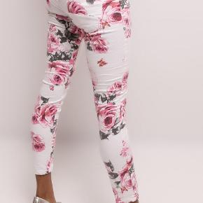OBS: Kun handel via KØB NU.  Lækre hvide jeans i blomstret design. Lækker, blød buks med stretch for god og flexibel pasform. Mærke Jewelly, str. XL/42. Minder meget om Place Du Jour.  98% bomuld 2% elastan Livvidde (målt liggende, lige tværs over): Ca. 40 cm x 2 Indv. benlængde: Ca. 72 cm.  Brugt x 3, skånevasket x 2. Velholdte. Sender med DAO.  Foto 1-4 = produktfotos. Foto 5-6 er af dem der sælges.