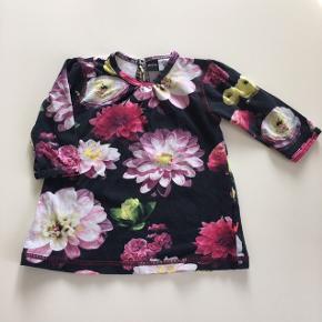 Så fin bluse/kjole med blomster.   Kan hentes i Fredensborg eller sendes med postnord for 20kr eller med dao for 33kr