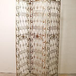 Gammel fransk skærmvæg / rumdeler i patineret metal. 3 fag med fine ornamenterede detaljer. H179 B124.5 cm. Pris 1900,-
