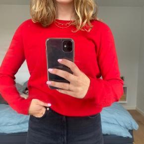 (100% Lambswool/uld) Super fin rød sweater fra Mads Nørgaard! Stoffet er super lækkert, og rigtig god kvalitet 💞 kan godt passes af en M, som jeg selv bruger ofte. Man kan ikke se den er brugt! 🦦🦦 BYD gerne??
