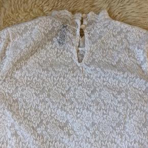 Blondetop i stretch stof med korte ærmer. Lille åbning med knap i nakken og en kort hals turtelneck. Lidt brugstegn ses, men den har ikke været brugt meget.   50,- + fragt kr. 37,- med Dao.  Bytter ikke.  MÆNGDERABAT 🧡