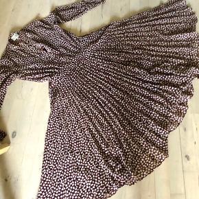 Super smuk kjole med masser af vidde, underkjole, falder så flot - aldrig brugt -BYTTER IKKE;)