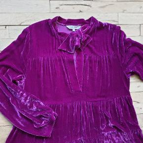 Velourkjole fra Gai og lisva.  Farven er nok nærmere pink/rød eller fuchsia. Den er af 82% rayon og 18% silke. Den måler 110 om brystet, 200 om rumpen og den er 125 lang. Har kun været på 3 gange og er vasket i hånden.