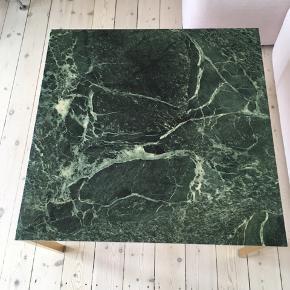 Det smukkeste vintage mørkegrønne marmorbord. Enkelt afslag på hjørne (se billede) prissat derefter. Mål 80x80x45 cm.