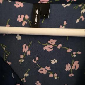 Fin tunika fra Vero Moda xl blå med lyserøde blomster.