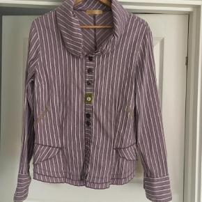 Varetype: Langærmet Farve: Lilla  Flot skjorte med speciel krave. Lilla med hvide og guld striber, og de karakteristiske forskellige knapper fra Elisa Cavaletti. Fejler intet.