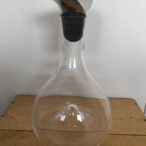 NY PRIS! Aldrig brugt Georg Jensen glas vin karaffel med prop rustfrit stål og gummi.  Proppen trænger til en lille pudsning, men karaflen er i perfekt stand.   Nypris 949kr 750kr via MP  Skal afhentes på Nørrebro.   Se den her: https://www.georgjensen.com/da-dk/til-bordet/kander-karafler/wine-og-bar-karaffel/3586671.html