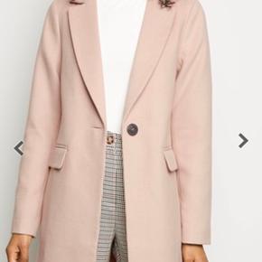 Helt ny frakke fra New Look. Sælger den fordi ærmerne er for korte.