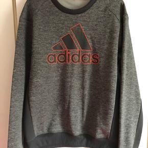 Lækker sweatshirt fra Adidas, brugt en enkelt gang.  Størrelsen er S/M.