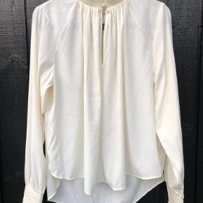 Tynd skjorte med fine detaljer. Brystmål: 50 cm Længde: 65 cm