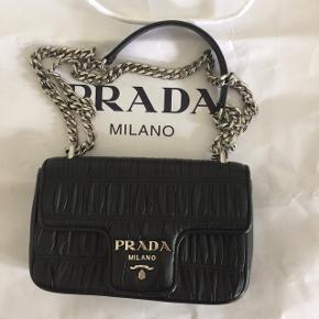 Flot Prada taske købt i pradabutikken i Italien tilbage i august - 9 mrd siden.   Stortset ubrugt, da den er blevet brugt ved mere festlige begivenheder.   Dog meget lidt slitage - se billeder :)