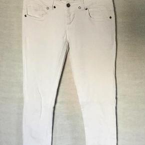 Hvide Jeans fra ICHI - style Kate. Størrelse: 30 x 34 Farve: Hvid Oprindelig købspris: 500 kr. Slim fit og med traditionelle jeans lommer. 90 % bomuld, 5 % polyester og 5 % elastan = masser af stretch. Brugt og vasket et par gange og vaskemærket klippet ud - derfor god men brugt.  Logomærket bagpå revnet lidt - se billeder. Livvidde : 2 x 41 cm uden at strække stoffet. Indvendig benlængde : 83 cm. Sender gerne på købers regning : DAO 39,-