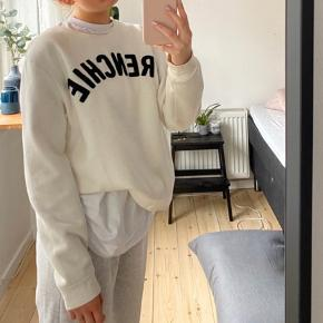 Denne sweater er næsten ikke brugt, har brugt den 2 gange til skolebrug men ellers ikke. Den er fin stand og fejler ingenting:)