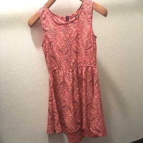 Super fin kjole 👗Den har absolut ingen tegn på brug, men den er også kun blevet brugt meget lidt.  📏 længden fra skulderen: 75 cm foran og 82 cm bagpå 🚭 kommer fra røgfrit hjem 🚫 kommer fra dyrefrit hjem 🚗 kan også afhentes i Aalborg