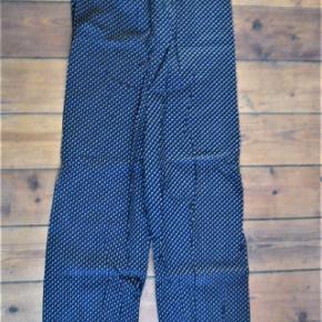 Buksedragtsor med lyserøde prikker vintage, retro stil