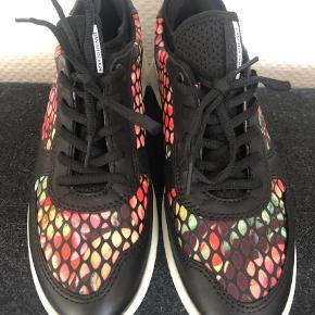 Varetype: Sneakers Farve: Multi  De er 27,3cm når jeg tager sålen ud og måler længden på dem.