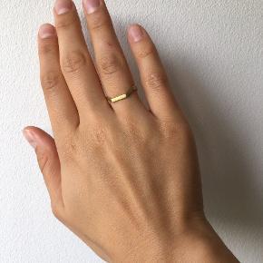 Kantet ring fra Maria Black i forgyldt sterling sølv. Har få slidmærker. Str 55.