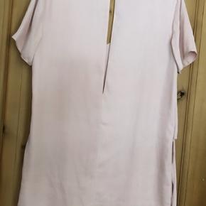 Fineste t-shirt kjole fra Envii i silkelignende materiale. Falder flot.  Billede nr. 3 er lånt fra trendsales.   Fra røgfrit og dyrefrit hjem.