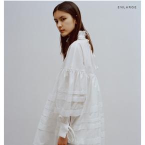 Cecilie Bahnsen Alberte kjole - den korte model. Få brugsspor, men ellers i fin stand. Det sidste billede viser længden. Bytter ikke og køber betaler gebyr og porto.
