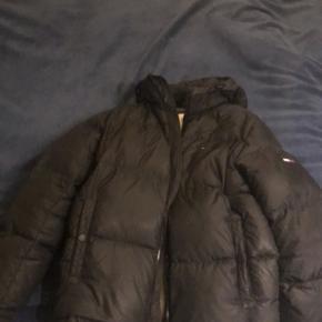 Sælger denne fine Tommy Hilfiger jakke, købt forrige vinter. Str L, vil ku passes af en på 184-188  Virkelig god stand.
