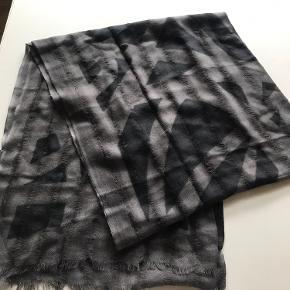 Lækkert og lunt halstørklæde tørklæde i 100%uld. Nyt og aldrig brugt  Nypris 799 sælges for 240kr