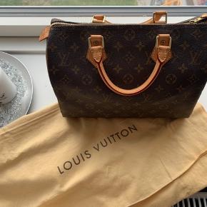 Speedy 30 fra Louis Vuitton sælges Den er i super fin stand.  Desværre har jeg ikke længere nogen kvittering, æsken er også smidt ud. Dustbag og organizer medfølger   Jeg ønsker ingen useriøse henvendelser, men skriv gerne ved interesse og for flere billeder ✨