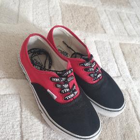 Skoene er brugt meget lidt og er derfor næsten som nye :)  FAST PRIS!