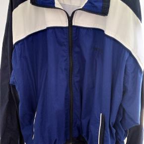Blå og hvid træningsjakke, sports jakke. Har kun hængt og samlet støv 😊
