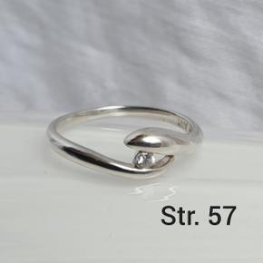 Fin retro ring i ægte sterling sølv. Stemplet 925 og ANY. 18,2 mm indre diameter = str. 57 Fast pris.  Se også mine andre annoncer med smykker 🦋
