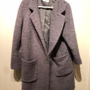 Fed jakke i teddybear look.  Foret i stykker - skal af eller skiftes. Prisen sat derefter.