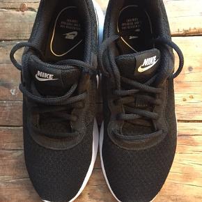 Sælger disse HELT NYE sports Nike sko.  De aldrig blevet brugt da de er købt for små og kunne ikke leveres tilbage.