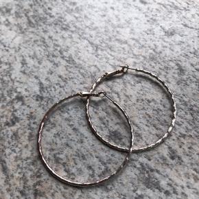 er ikke ægte sølv. Diameter 5 cm
