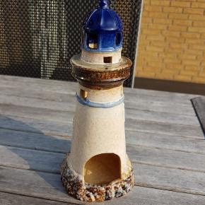 Flot fyrtårn, 23 cm - der kan sættes et fyrfadslys i. Kun stået til pynt, der har aldrig været lys i.