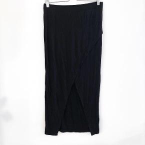 H&M lang nederdel med slids  størrelse: M   pris: 60 kr   fragt: 37 kr