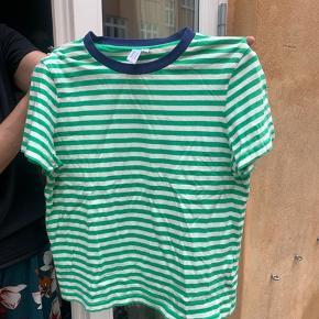 Grøn stribet t shirt med mørkeblå kant:) Der er ingen fejl eller skader og den fremstår helt som ny. Sælges fordi den er for lille.